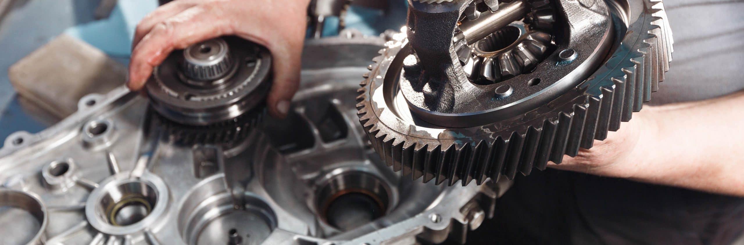 Mechaniker arbeitet an einem Getriebe